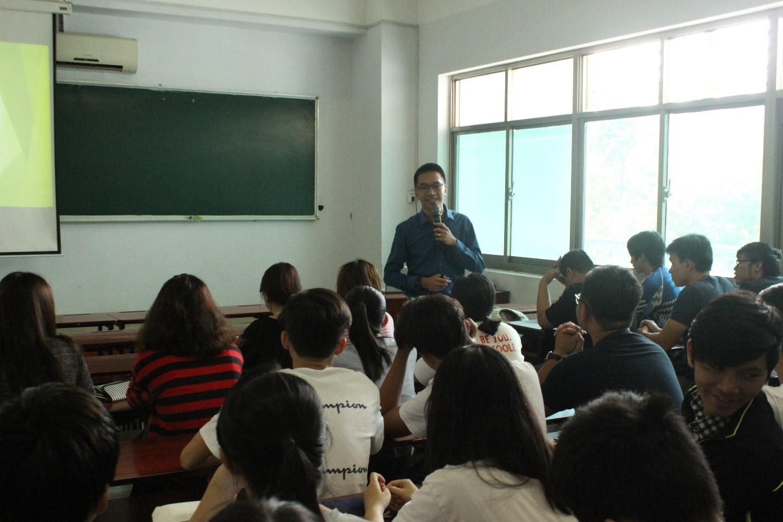 Ông cũng chia sẻ trải nghiệm của ông khi lần đầu làm việc tại Thái Lan, những khó khăn và cách thức vượt qua những khác biệt trong văn hóa kinh doanh.