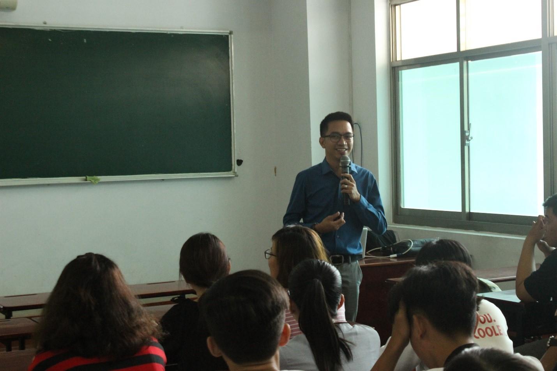 Ông Jereco trao đổi với sinh viên về những khó khăn của ông khi lần đầu làm việc tại Việt Nam và những khác biệt giữa văn hóa Việt Nam và Philippines.