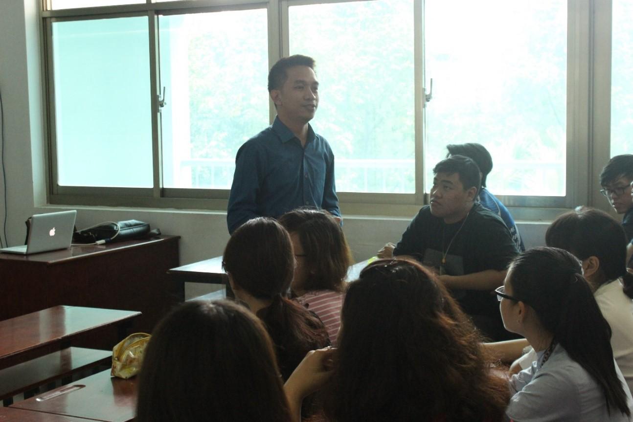 Các bạn sinh viên tích cực đặt câu hỏi với ông Jereco về quá trình học tập, làm việc và theo đuổi ước mơ của ông trong lĩnh vực kinh doanh quốc tế.