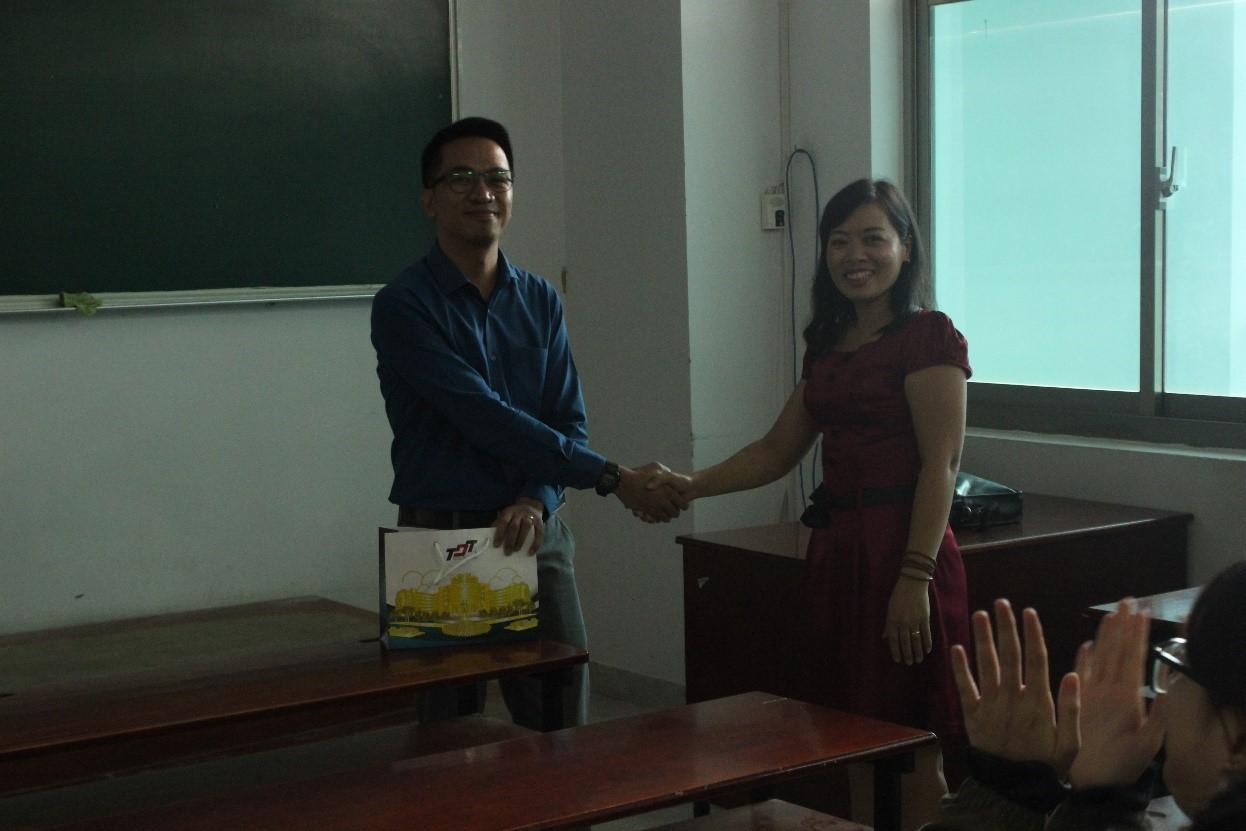 TS. Phạm Thị Ngân gửi tặng ông Jereco quà lưu niệm thay cho lời cảm ơn.