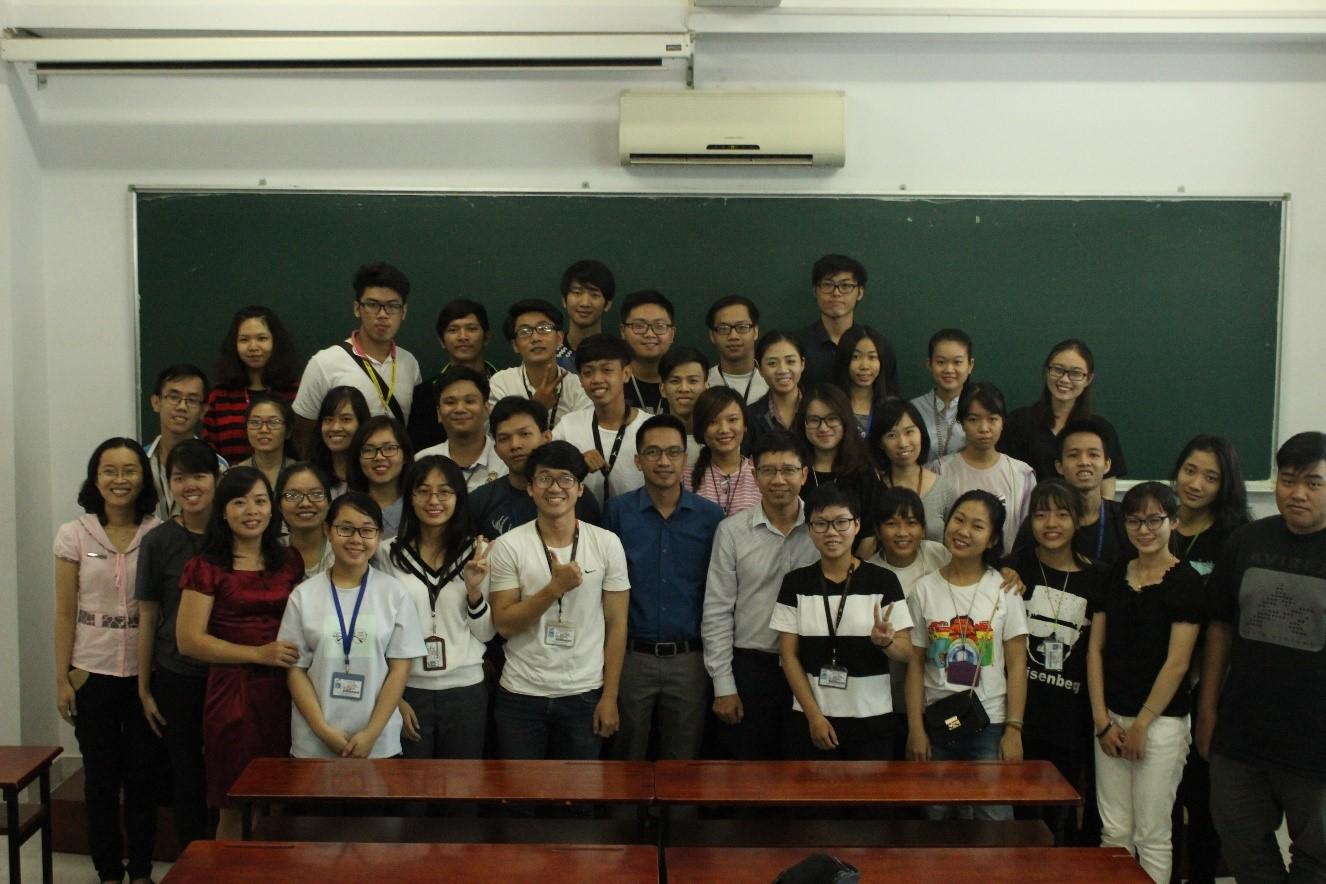 Sinh viên chụp ảnh lưu niệmcùng ông Jereco và ông Trần Chí Dũng.