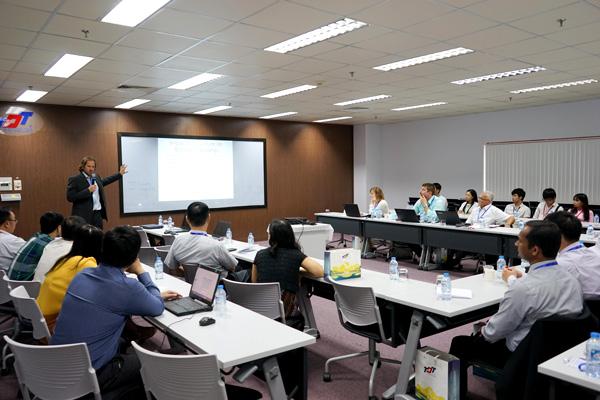 Các chuyên gia, nhà nghiên cứu trình bày tham luận tại Hội thảo