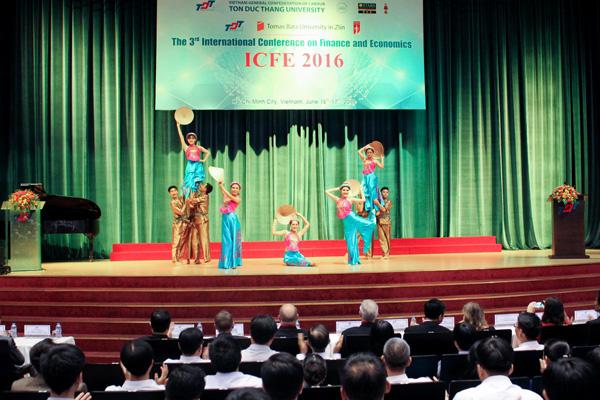 Chương trình văn nghệ chào mừng Hội thảo do sinh viên TDTU biểu diễn
