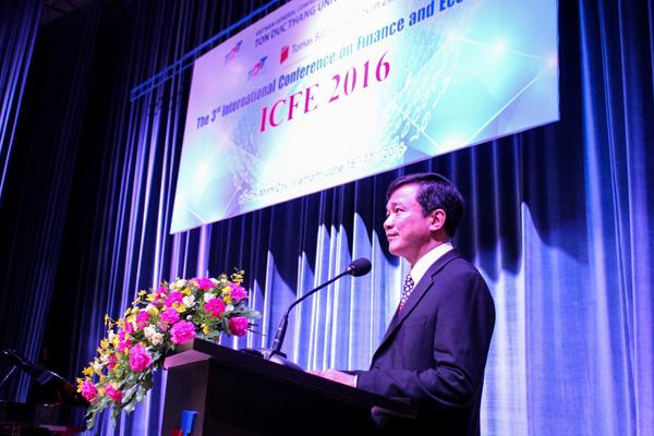 GS. Lê Vinh Danh, Hiệu trưởng Trường đại học Tôn Đức Thắng phát biểu khai mạc và chào mừng đại biểu về dự Hội thảo